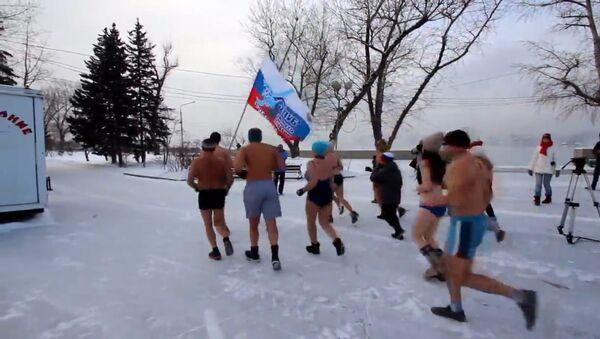 Жители Иркутска в купальниках вышли на пробежку зимой - Sputnik Ўзбекистон