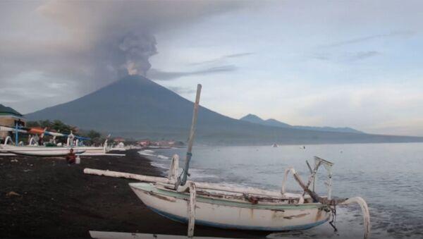 Vulkan Agung na Bali vыbrosil stolb dыma i pepla - Sputnik Oʻzbekiston