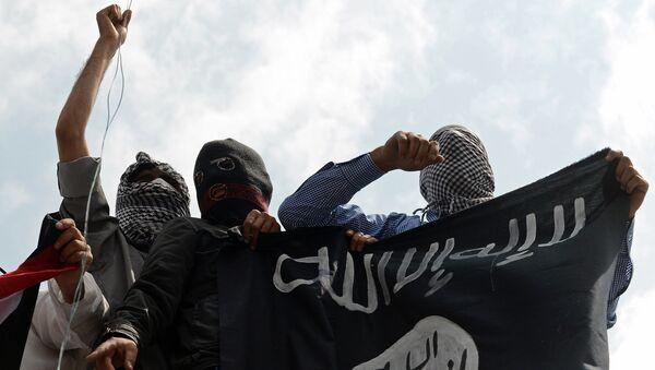 Демонстранты с флагом ИГ. Архивное фото - Sputnik Ўзбекистон