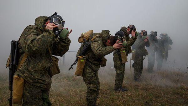 Военнослужащие на учениях по химической защите в ракетной бригаде Южного военного округа - Sputnik Ўзбекистон