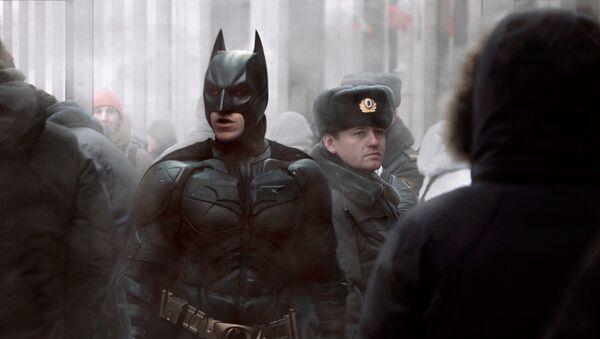 Бэтмен рядом с российским полицейским - Sputnik Узбекистан