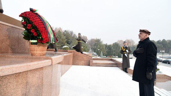 Президент Афганистана возложил цветы к монументу Независимости и гуманизма - Sputnik Узбекистан