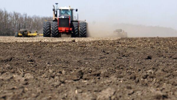 Культивация почвы на поле - Sputnik Узбекистан