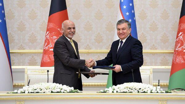 Президент Узбекистана Шавкат Мирзиёев и президент Афганистана Ашраф Гани - Sputnik Узбекистан