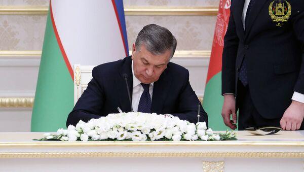 Президент Узбекистана Шавкат Мирзиёев во время подписания соглашения о сотрудничестве c Республикой Афганистан - Sputnik Ўзбекистон