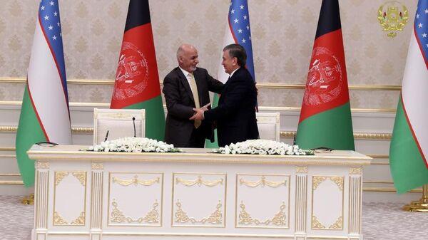 Президент Афганистана Ашраф Гани и президент Узбекистана Шавкат Мирзиёев во время подписания соглашения о сотрудничестве - Sputnik Узбекистан