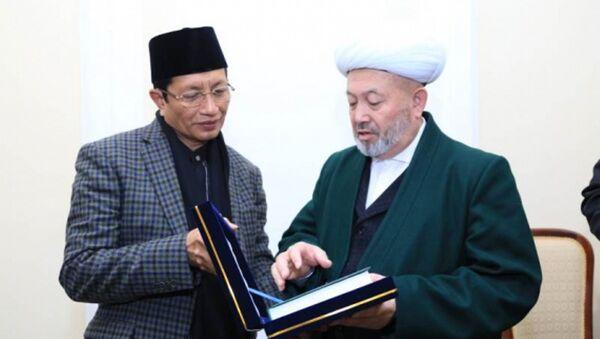 Glavnыy imam Indonezii Nasariddin Umar i muftiy Uzbekistana Usmonxon Alimov - Sputnik Oʻzbekiston
