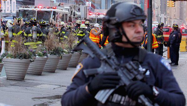 Полиция Нью-Йорка на месте взрыва в районе транспортной станции на Манхэттене - Sputnik Узбекистан