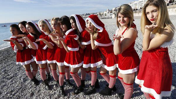 Ницца шаҳрида Санта-Клаус костюмини кийиб олган қизлар, Франция 2014 йил 21 декабрь. - Sputnik Ўзбекистон