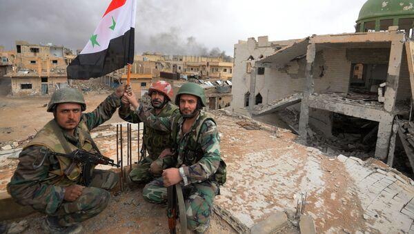 Soldatы siriyskoy armii s flagom Sirii raduyutsya osvobojdeniyu Palmirы - Sputnik Oʻzbekiston