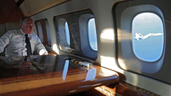 Президент РФ Владимир Путин на борту президентского самолета во время полета на авиабазу Хмеймим в Сирии - Sputnik Ўзбекистон