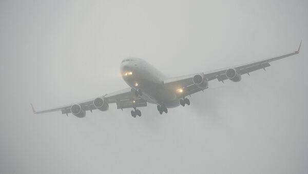 Самолет во время посадки в сложных метеоусловиях, архивное фото - Sputnik Ўзбекистон