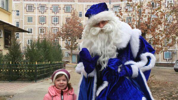 Известный ташкентский ведущий и шоумен Макс Берлинов на один день переоделся в Деда Мороза, и, разъезжая по городу, дарил детям из малообеспеченных семей подарки - Sputnik Узбекистан