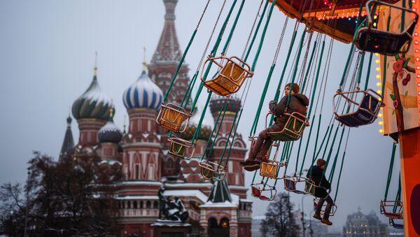 Дети катаются на карусели на Красной площади в Москве - Sputnik Узбекистан