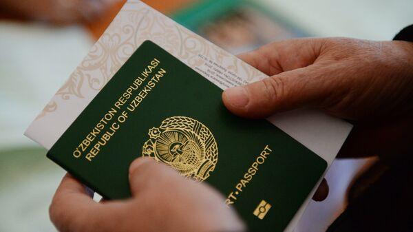 Паспорт и бланк в руках - Sputnik Ўзбекистон