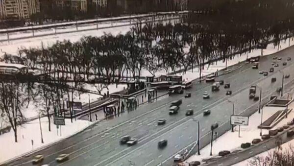 Moment nayezda avtobusa na tolpu u metro Slavyanskiy bulvar popal na kamerы slejeniya - Sputnik Oʻzbekiston