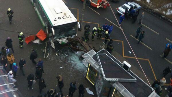 Автобус врезался в остановку на северо-западе Москвы - Sputnik Ўзбекистон