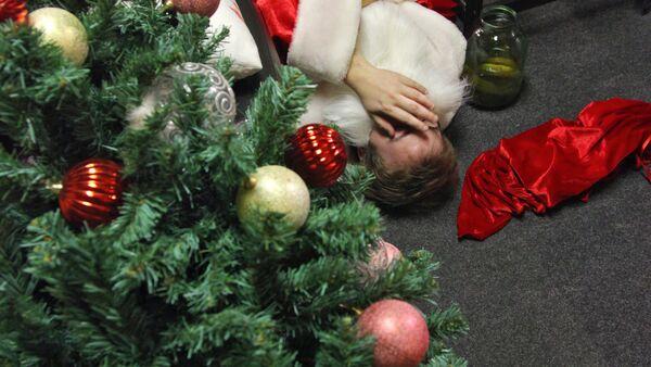 Дед Мороз на утро, после встречи Нового Года - Sputnik Ўзбекистон