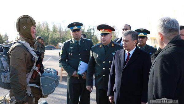 Мирзиёев посетил воинскую часть в Чирчике - Sputnik Ўзбекистон