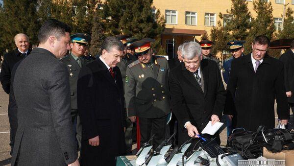 Шавкат Мирзиёев ознакомился с образцами современной радиотехники, производство которой начато в Узбекистане - Sputnik Ўзбекистон
