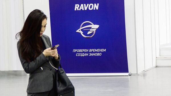 Devushka ryadom s stendom kompanii Ravon - Sputnik Oʻzbekiston