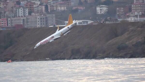 Пассажирский самолет в Турции застрял на склоне над морем. Кадры с места ЧП - Sputnik Ўзбекистон