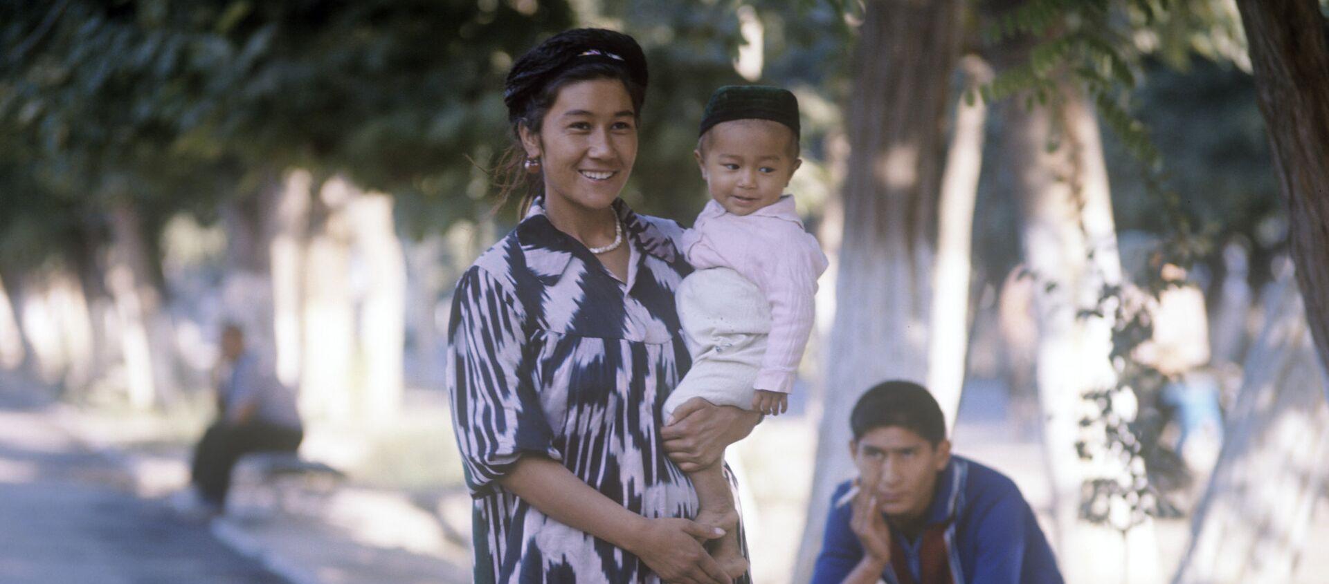 Колхозница Ширманхан Гафурова с сыном Кабулджаном - Sputnik Узбекистан, 1920, 21.01.2018