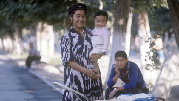 Колхозница Ширманхан Гафурова с сыном Кабулджаном - Sputnik Узбекистан