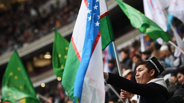 Мужчина с флагом Узбекистана - Sputnik Узбекистан