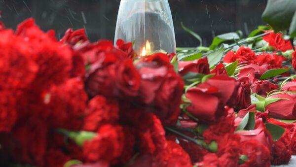 Цветы и памятные свечи, архивное фото - Sputnik Узбекистан