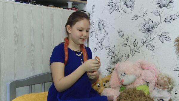СПУТНИК_Девочка играет со змеями - Sputnik Узбекистан