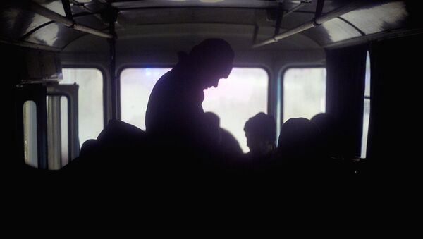 Люди греются в автобусе - Sputnik Ўзбекистон