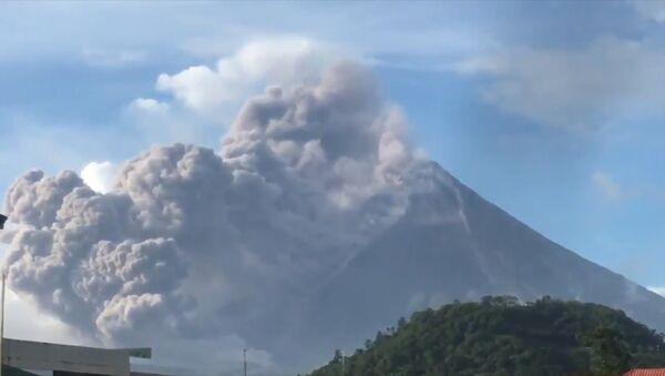 Vulkan Mayon na Filippinax vыbrosil stolb dыma i pepla - Sputnik Oʻzbekiston