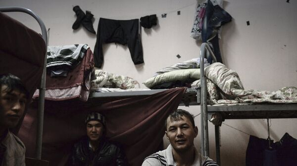 Иностранные рабочие в общежитии - Sputnik Ўзбекистон