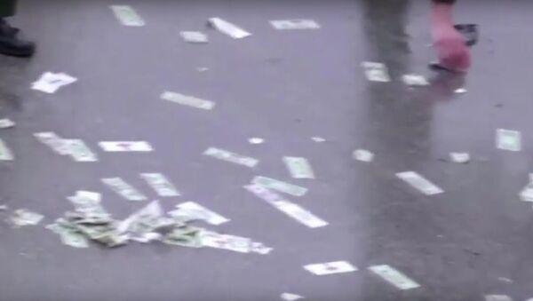 Дорогу в США засыпало деньгами - Sputnik Ўзбекистон