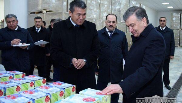 Mirziyoyev proinspektiroval predpriyatiye po izgotovleniyu sokov - Sputnik Oʻzbekiston