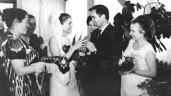 Татьяна Каримова и Ислам Каримов во время бракосочетания - Sputnik Ўзбекистон