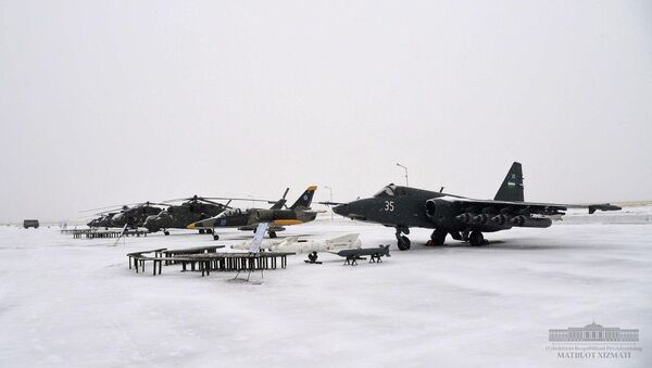Шавкат Мирзиёев посетил военный аэродром Ханабад в Каршинском районе - Sputnik Ўзбекистон