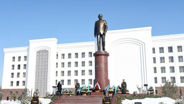 Памятник Ислама Каримова в городе Карши - Sputnik Ўзбекистон