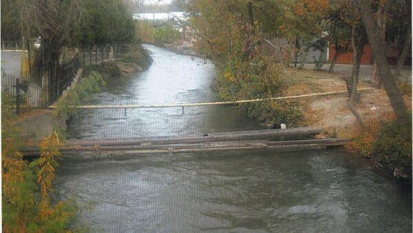 Проходящая через канал труба в Ташкенте - Sputnik Ўзбекистон