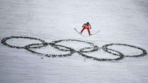 Дмитрий Васильев (Россия) в финале командных соревнований по прыжкам с большого трамплина - Sputnik Узбекистан