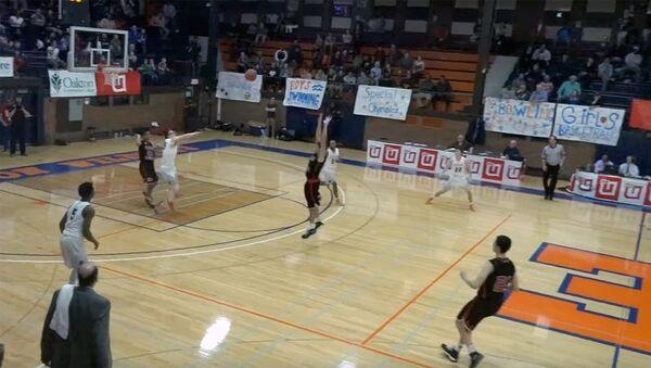 В США школьник-баскетболист совершил бросок, сделавший его местной звездой - Sputnik Ўзбекистон