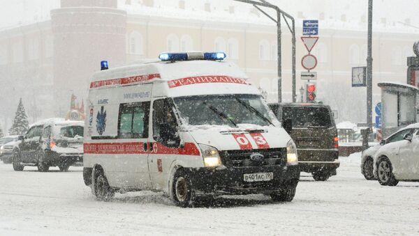Mashina reanimatsii vo vremya snegopada na Tverskoy ulitse v Moskve - Sputnik Oʻzbekiston