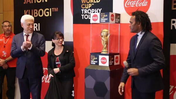 Недосягаемый трофей: как в Узбекистан впервые привезли Кубок мира по футболу - Sputnik Ўзбекистон