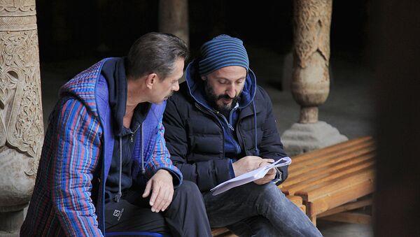 Кинорежиссер Карен Оганесян с актером Владимиром Машковым во время съемок фильма Медное солнце - Sputnik Узбекистан