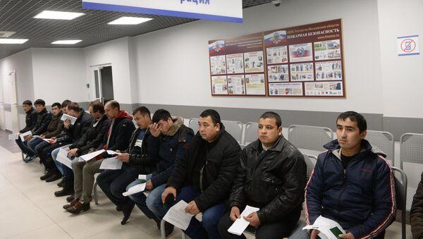 Иностранные граждане в очереди на дактилоскопическую регистрацию, архивное фото - Sputnik Узбекистан