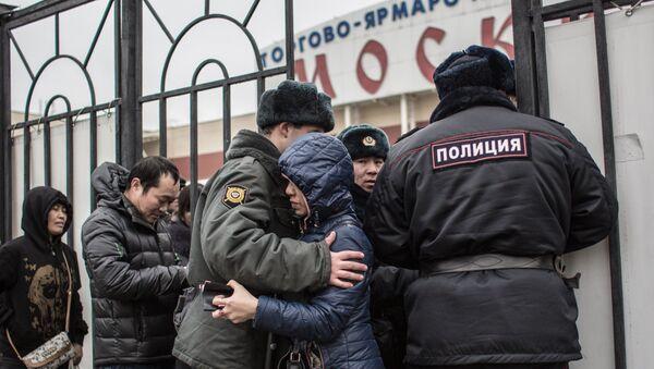 Полиция проводит проверку миграционного законодательства в ТЦ Москва в Люблино - Sputnik Ўзбекистон