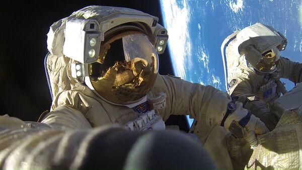 Космонавты Роскосмоса Антон Шкаплеров и Александр Мисуркин во время выхода в открытый космос - Sputnik Узбекистан