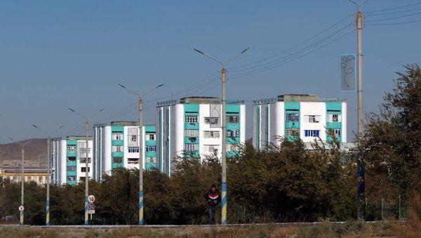 Жилые дома в Учкудуке, где живут рабочие комбината, построены еще в советское время - Sputnik Узбекистан