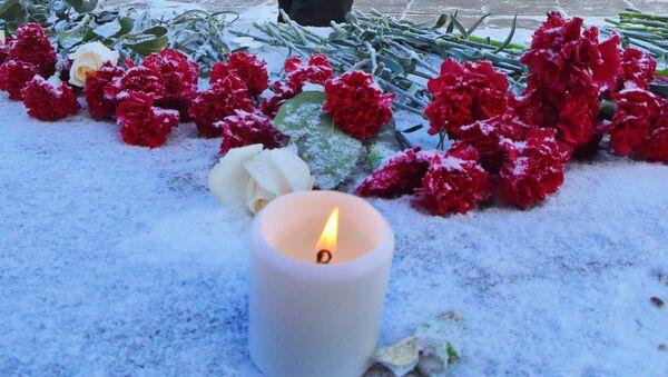 Жители Оренбурга несут цветы к монументу Валерия Чкалова в память о жертвах крушения Ан-148 - Sputnik Узбекистан